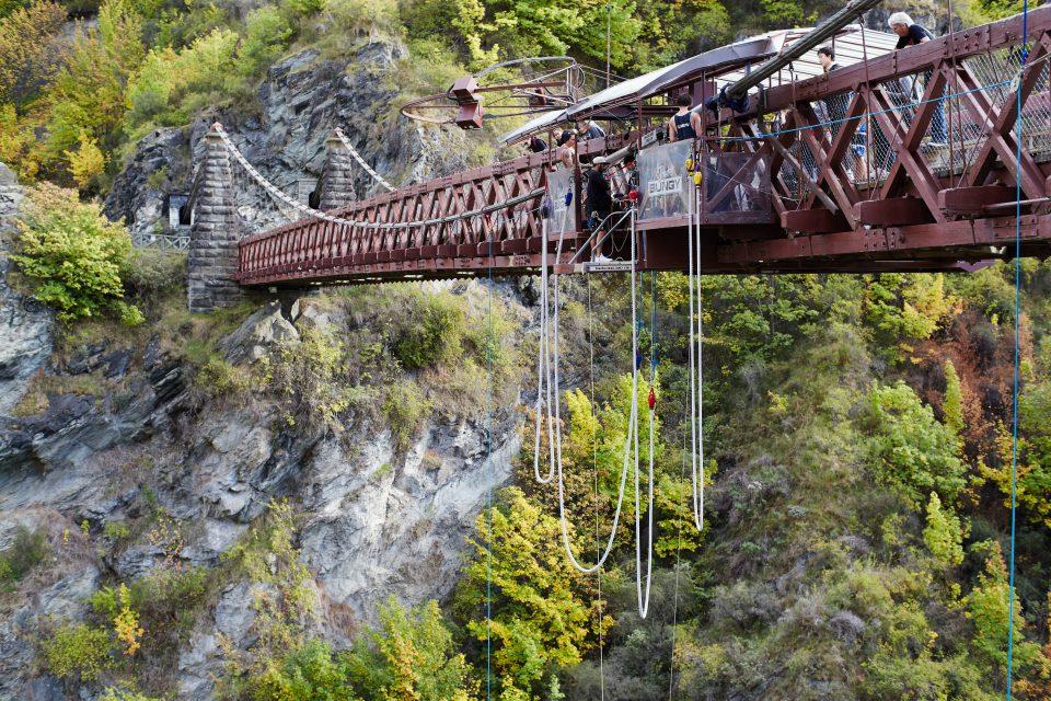 Saut à l'élastique depuis un pont