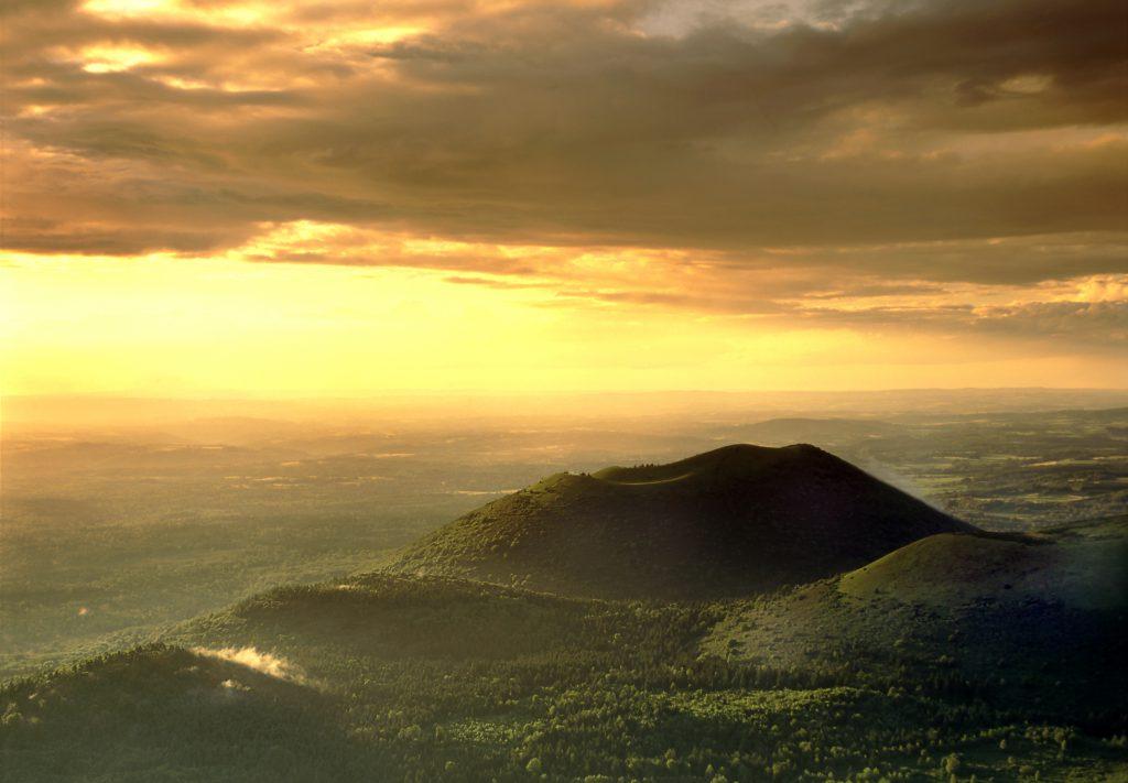 Volcans d'auvergne au crépuscule